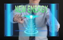 Bemannen Sie das Berühren eines neuen Energiekonzeptes auf einem Touch Screen Stockfotografie