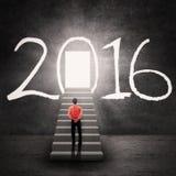 Bemannen Sie das Betrachten der glänzenden Tür mit Nr. 2016 Lizenzfreie Stockfotos