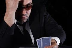 Bemannen Sie das Betrachten der Karten im Kasino Lizenzfreies Stockbild
