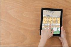 Bemannen Sie das Betrachten der Zeichnung auf einer digitalen Tablette Lizenzfreie Stockfotos