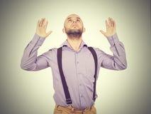 Bemannen Sie das Betrachten des Himmels mit Ihren Händen oben Lizenzfreies Stockbild