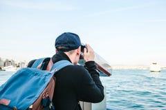 Bemannen Sie das Betrachten des Meeres durch touristisches Teleskop Ansicht des Bosphorus, Istanbul, die Türkei Ferien, Reise Stockfotografie