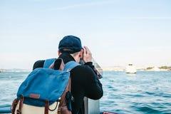 Bemannen Sie das Betrachten des Meeres durch touristisches Teleskop Ansicht des Bosphorus, Istanbul, die Türkei Ferien, Reise Stockbild
