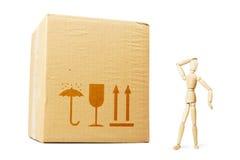 Bemannen Sie das Betrachten eines enormen Paketes mit Überraschung Stockbilder