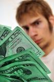 Bemannen Sie das Betrachten eines Wad des grünen Bargeldes Stockbild