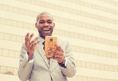 Bemannen Sie das Betrachten seiner intelligenten Telefonlesenachrichten Stockfoto