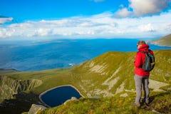Bemannen Sie das Betrachten von einem See in einem Hügel auf Achill-Insel, Co mayo Lizenzfreies Stockbild