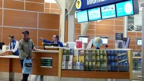 Bemannen Sie das Bitten von Richtung in informtion Mitte innerhalb YVR-Flughafens stock footage