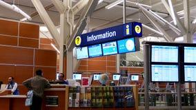 Bemannen Sie das Bitten von Richtung in informtion Mitte innerhalb YVR-Flughafens stock video footage