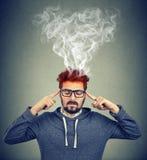 Bemannen Sie das Denken Kopfschmerzen mit dämpfendem herauskommen sehr intensiv, habend lizenzfreie stockfotos
