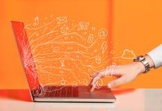 Bemannen Sie das Drücken der NotizbuchLaptop-Computers mit Gekritzelikonen-Wolke sym Lizenzfreie Stockbilder