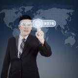 Bemannen Sie das Drücken eines Knopfes, um Geschäft im Jahre 2015 zu beginnen Lizenzfreie Stockfotografie