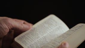 Bemannen Sie das Drehen der Seiten des englischen erläuternden Wörterbuches stock video footage