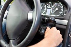 Bemannen Sie das Drehen des Zündschlüßels seines Autos Stockfotos