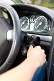 Bemannen Sie das Drehen des Zündschlüßels seines Autos Stockfoto