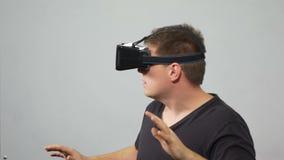 Bemannen Sie das Erfahren von virtueller Realität mit dem Tragen des speziellen Kopfhörers - VR stock video footage