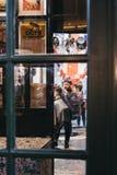 Bemannen Sie das Erhalten eines Haarschnitts innerhalb Hobbs-Friseure, der Friseursalon, der innerhalb des Stadt-Marktes, London, Stockfotos