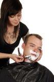 Bemannen Sie das Erhalten von Rasur am Salon Stockfotos