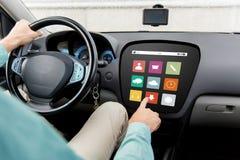 Bemannen Sie das Fahren des Autos mit Menüikonen an Bord des Computers Lizenzfreies Stockfoto