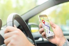Bemannen Sie das Fahren des Autos und die Anwendung der on-line-Karte und DER GPS-Anwendung stockbilder