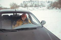 Bemannen Sie das Fahren des Autos unter Verwendung des intelligenten Telefons im Auto lizenzfreie stockfotos