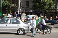 Bemannen Sie das Fahren eines Fahrrades im im Stadtzentrum gelegenen tahrir, Kairo Ägypten stockfotos