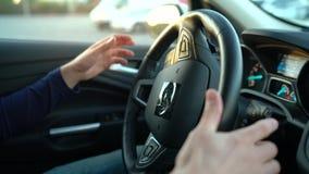 Bemannen Sie das Fahren in innovatives automatisiertes Auto unter Verwendung der Selbstparkautomatischen kurssteuerung für das Pa stock video