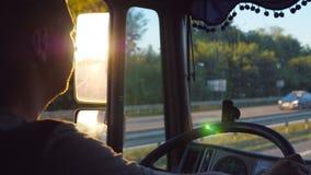 Bemannen Sie das Fahren von LKW und die Straße sorgfältig aufpassen Kaukasischer Kerl reitet durch Landschaft mit schöner Landsch stock footage