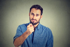 Bemannen Sie das Geben des Daumens, Finger figa Geste, die Sie null nichts erhalten Stockbild