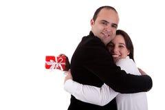Bemannen Sie das Geben einer Frau eines Geschenks und sie anhalten Lizenzfreie Stockfotografie
