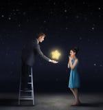 Bemannen Sie das Geben einer Frau eines Sternes vom Himmel Stockbilder