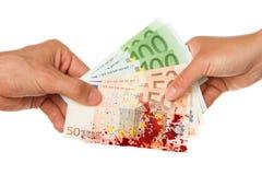 Bemannen Sie das Geben einer Frau von Euro 450, blutig stockfotos