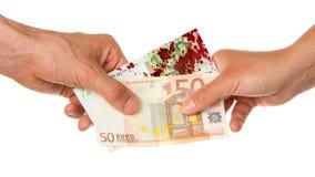 Bemannen Sie das Geben einer Frau von Euro 450, blutig lizenzfreies stockbild