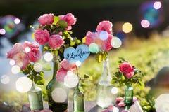 Bemannen Sie das Geben seiner Frau eines Verlobungsrings Lizenzfreie Stockbilder