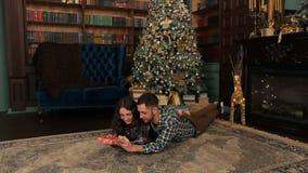 Bemannen Sie das Geben seiner Freundin eines Weihnachtsgeschenks stock video footage