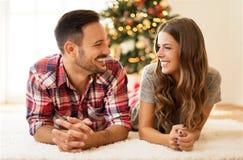 Bemannen Sie das Geben seiner Freundin eines Weihnachtsgeschenks Stockbild