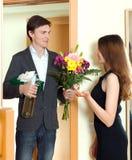 Bemannen Sie das Geben seiner jungen Frau einer Geschenkbox Lizenzfreie Stockfotos