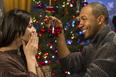 Bemannen Sie das Geben seiner Lebensgefährteautoschlüssel für Weihnachten, horizontal Stockfotografie
