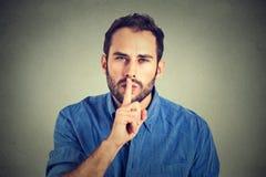Bemannen Sie das Geben von Shhhh-Ruhe, Ruhe, geheime Geste Stockfotos