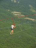 Bemannen Sie das Gehen auf ein Seil an Ai-Petri-Gipfel, Krim Stockfotos