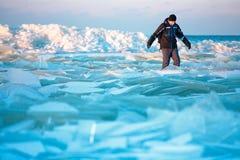 Bemannen Sie das Gehen auf eisigen Strand entlang der Ostsee Lizenzfreie Stockfotos