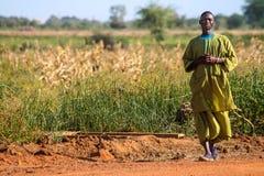 Bemannen Sie das Gehen auf Feld in Senegal, Afrika stockfotografie
