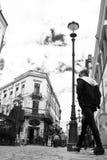 Bemannen Sie das Gehen in die alte Mitte Lipscani Bukarest Rumänien Stockfoto