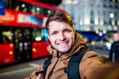 Bemannen Sie das Gehen in die Straßen von London nachts Lizenzfreie Stockbilder