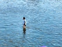 Bemannen Sie das Gehen durch das Wasser stockbilder