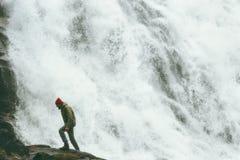 Bemannen Sie das Gehen großer Wasserfall Reise-Lebensstil am im Freien stockbild