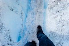 Bemannen Sie das Gehen mit dem Wandern von acessories, auf großen Eisgletscher, Lizenzfreies Stockfoto
