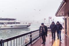Bemannen Sie das Gehen nahe Pier Karakoy Uskudar an einem schneebedeckten Tag im Winter Stockfotos