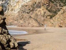 Bemannen Sie das Gehen am Strand an einem sonnigen Tag stockbilder