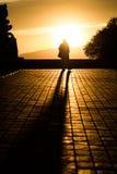 Bemannen Sie das Genießen des Sonnenuntergangs am Schloss Montjuic in Barcelona Spanien Stockbild